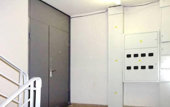 установка металлических дверей в коридор тамбур лестничной площадки