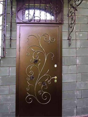 входные двери с витражами и элементами ковки