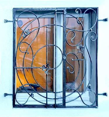 металлические двухстворчатые решетки на двери